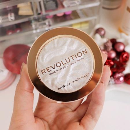 Revolution proizvaja izdelke, s katerimi lahko poskrbite za popolnoma klasičen, običajen, vsakdanji make up